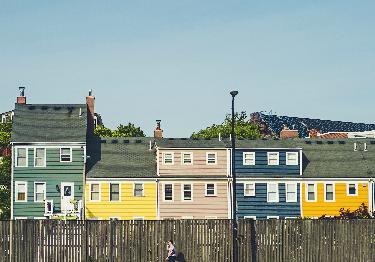 Casas de madera de diferentes colores.