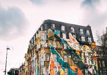 Imagen de un edificio con una decoración común creativa